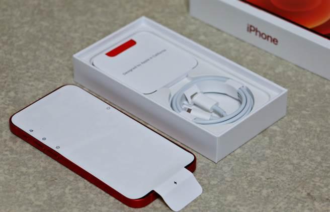 iPhone 12 mini螢幕覆蓋的保護貼換成紙質,也與過去機種不一樣之處。盒內配件,僅有充電線,不少人開箱之後可能會略感空虛。(黃慧雯攝)