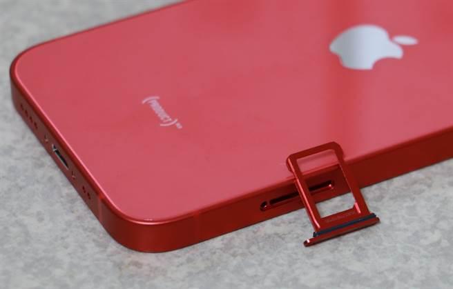 iPhone 12 mini 的SIM卡卡槽移到左側,卡槽也是金屬質感帶有紅色。(摘自蘋果官網)