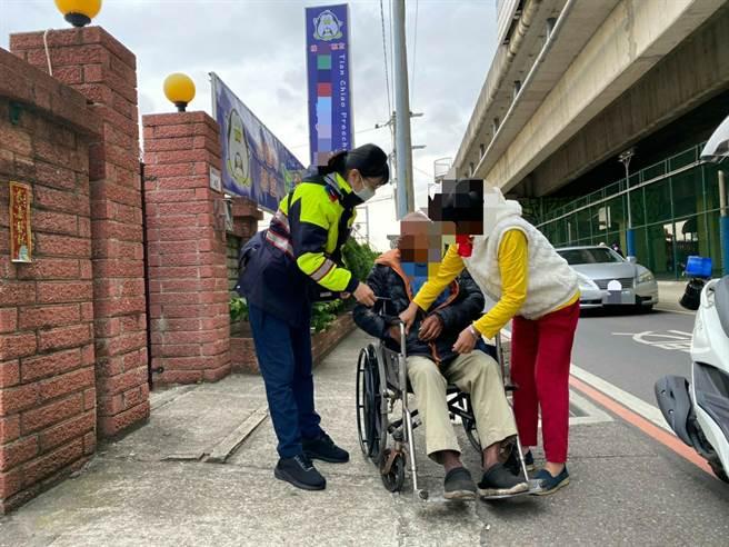 桃園市八德區7旬王姓老翁獨自坐著輪椅外出迷途,卻看著車水馬龍的馬路忘了回家的路,所幸警方熱心協助。(警方提供/賴佑維桃園傳真)