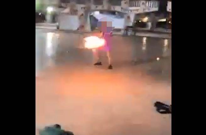 北市士林區某國中7年級學生,日前點燃掃把使出「風火輪」,還大喊「我超帥!」並將掃把塞入流動廁所的集便桶,整段影片被公布臉書社團《我是社子人》。(圖/影片截圖)