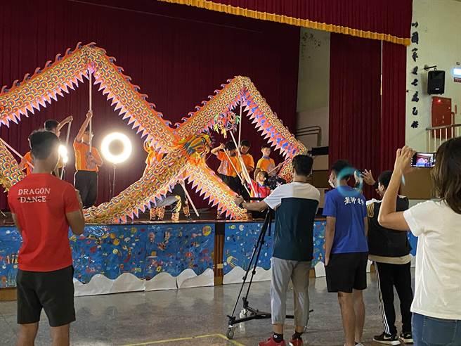 台南市學生傳統藝術比賽14日在新營體育場登場,今年首度以影片宣傳形式,將各種不同傳統藝術項目團隊在影像中展現出獨特力與美。(台南市教育局提供/曹婷婷台南傳真)