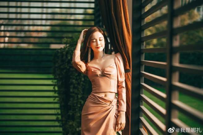 娜扎櫻花粉皮裙中空穿法變身小腰精 登秋冬最辣範本(圖/摘自微博@我是娜扎)
