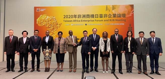 貿協董事長黃志芳(中)與非洲使節團致詞代表-南非聯絡辦事處代表麥哲培握手致意。 (貿協提供)