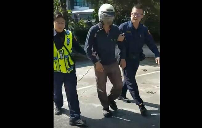 台南市新化警分局過濾百車,終於逮到露鳥的王姓嫌犯(中)。(讀者提供/劉秀芬台南傳真)