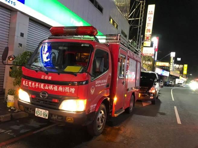 高雄鳳山飄不明怪味,消防車出動灑水警戒。(翻攝高雄市議員黃捷臉書)
