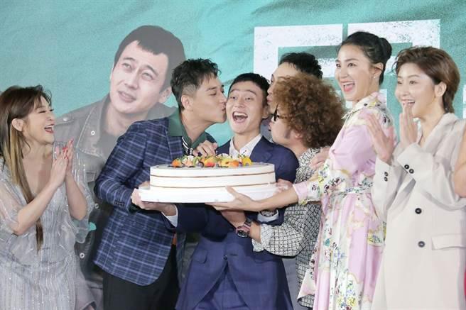 《同學麥娜絲》演員們送上蛋糕,一起祝劉冠廷生日。(羅永銘攝)