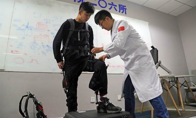 大陸CASIC所研發的機械外骨骼。(圖/CASIC)