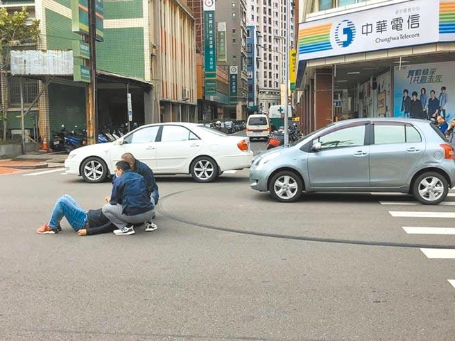 新竹市馬姓偵查佐10日上午執行勤務走過行人穿越道時,遭汽車撞飛。(民眾提供/邱立雅竹市傳真)