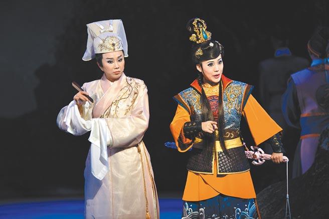 《流星》由團長陳昭婷(右)主演,傳統戲劇無敵小生孫翠鳳(左)壓軸客串,堪稱是最吸睛的路人甲。(明華園總團提供)