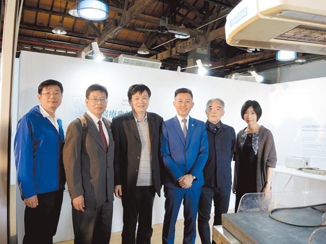 國立交通、陽明大學攜手在新竹鐵道藝術村推出《日常白 White Design Punk》醫療藝術展,為明年併校拉開序幕。(邱立雅攝)