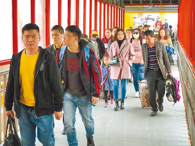 1月9日,不少台商和台幹,透過金門「小三通」返鄉過年。(本報系資料照片)