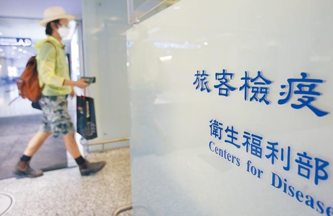 今年來邊境控管嚴格,不少台幹至今沒回過台灣。圖為旅客走過桃園機場發燒篩檢站。(本報系資料照片)