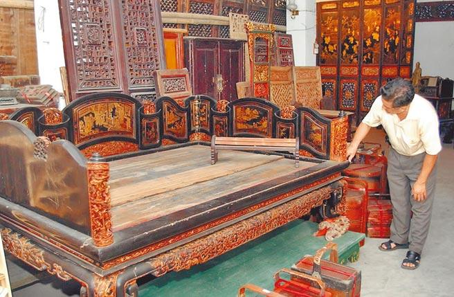 清代潮汕地區富貴人家吸食鴉片用的木雕床具。(新華社資料照片)