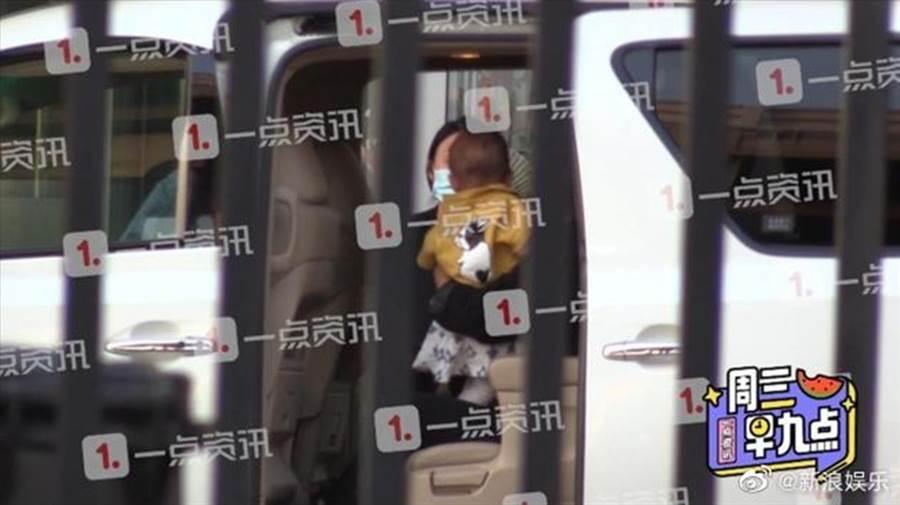 江一燕被拍带一岁小孩现身机场。(图/翻摄自新浪娱乐微博)