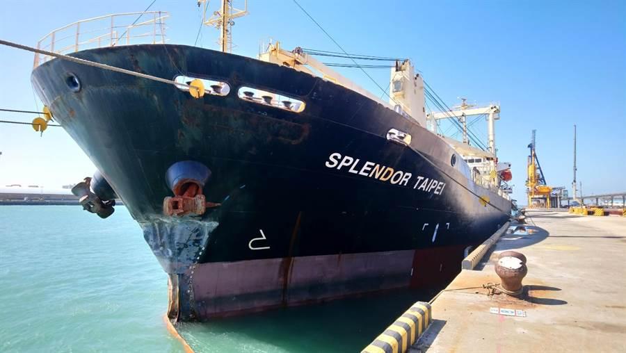 榮茂輪10日在台中港卸完鋼料出港時撞上南外堤內側,造成船艏左舷凹陷長達10公尺,船艏前尖艙破裂進水。(陳淑娥攝)