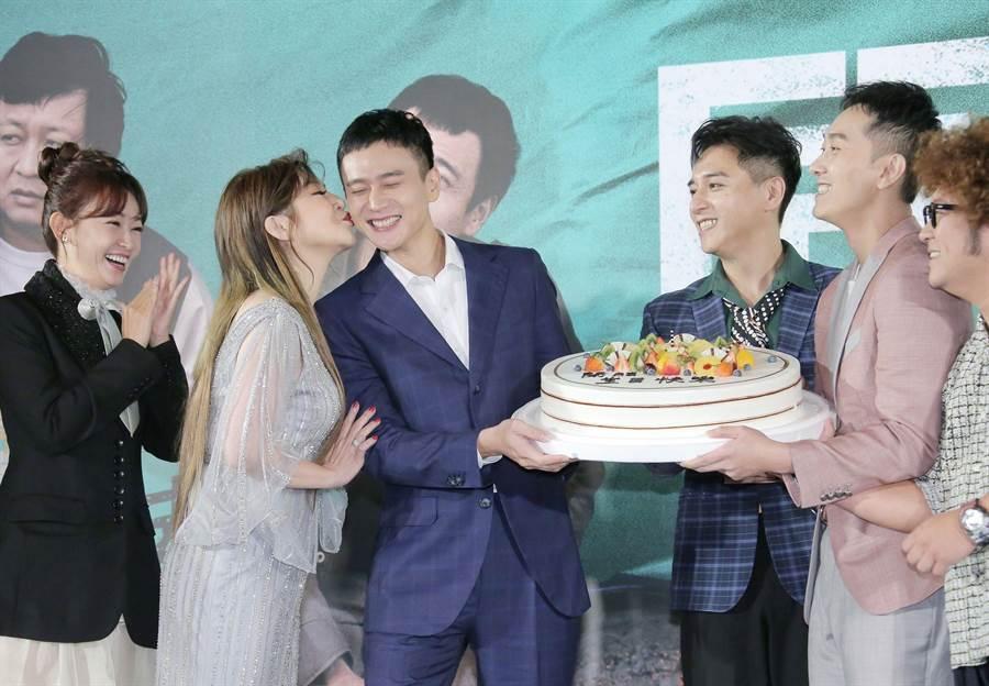 王彩桦对刘冠廷献吻。(罗永铭摄)