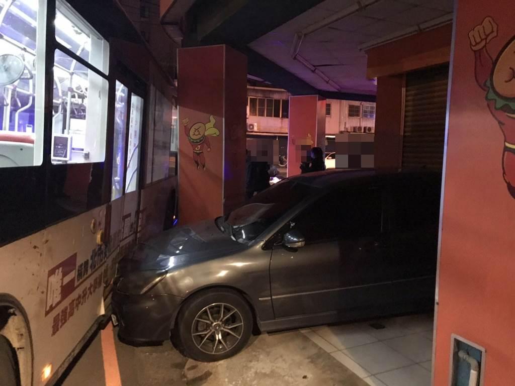 19歲男夜闖總站偷開走桃園客運,沿途連續撞車遭警方破窗逮補。(黃婉婷翻攝)