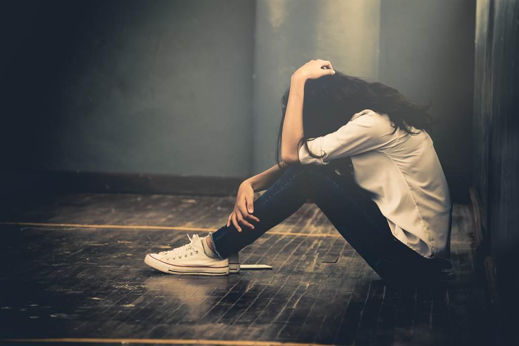 國中女遭姑丈好友半夜至家中性侵,事後她看到對方都神情緊張,才讓罪行曝光。(示意圖/達志影像/Shutterstock提供)