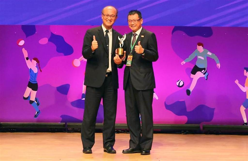 崇越集團副董事長賴杉桂(右)代表崇越科技受獎體育署「運動企業認證標章」肯定。圖/崇越科技提供