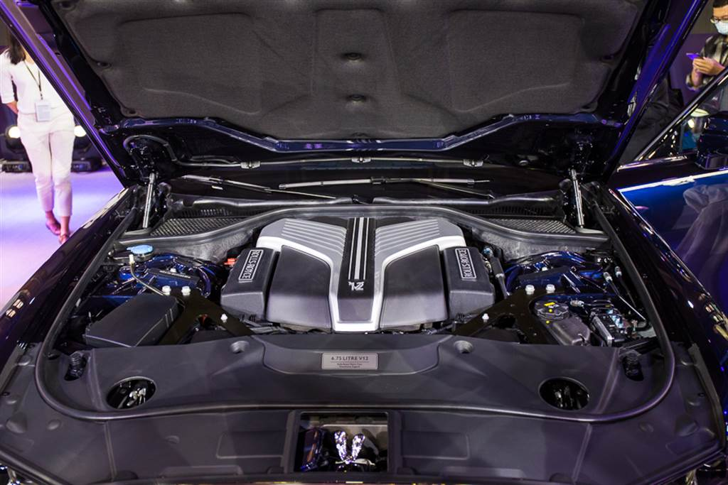 搭載6.75升V12引擎,可輸出571ps/850Nm最大動力。