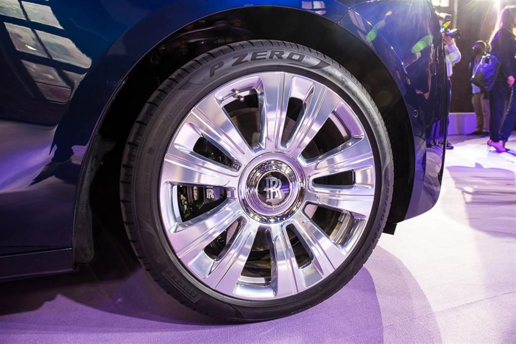 除了魔毯般的乘坐體驗外,行駛時永遠保持直立的Rolls-Royce輪圈Logo也是品牌特色之一。