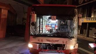 19歲男闖總站偷開公車 沿路連環撞遭警破窗拉出