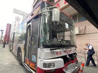中壢男深夜偷開公車 駕駛600公尺後遭警方破窗拉出