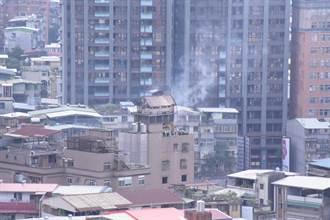 都更拆除施工不慎 公寓頂樓鴿舍釀火警