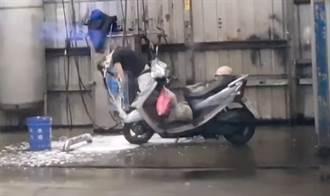 長髮女洗車場「彎腰洗頭」 男騎士看到當機 網驚:太猛了