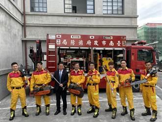不跟風拍猛男 台南市消防月曆納救難、宣導畫面