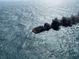 東港漁船遭恐怖浪襲全船燒光 5船員經吊掛獲救
