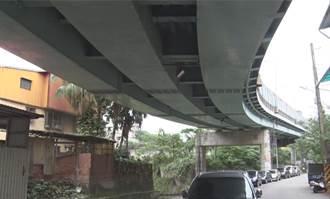 禍從天降!基隆西定高架鋼片砸落 下方車頂輛板金嚴重凹陷