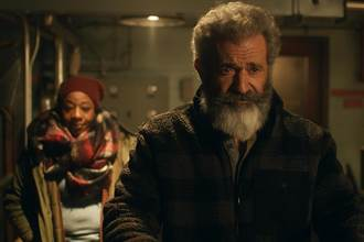 梅爾吉勃遜對抗不景氣《追殺胖老爹》聖誕老人轉行賣軍武