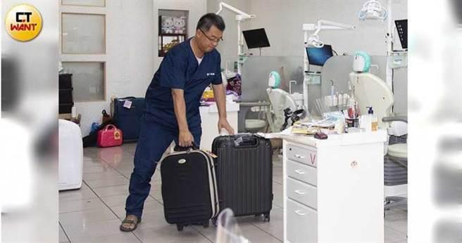 每次外出看診,簡志成都得扛逾30公斤的器材設備出門。(圖/黃威彬攝)
