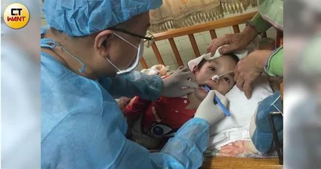 除了偏鄉國小、教養院,簡志成還會特地造訪家有癱瘓病人的弱勢,提供到宅看診服務。(圖/讀者提供)