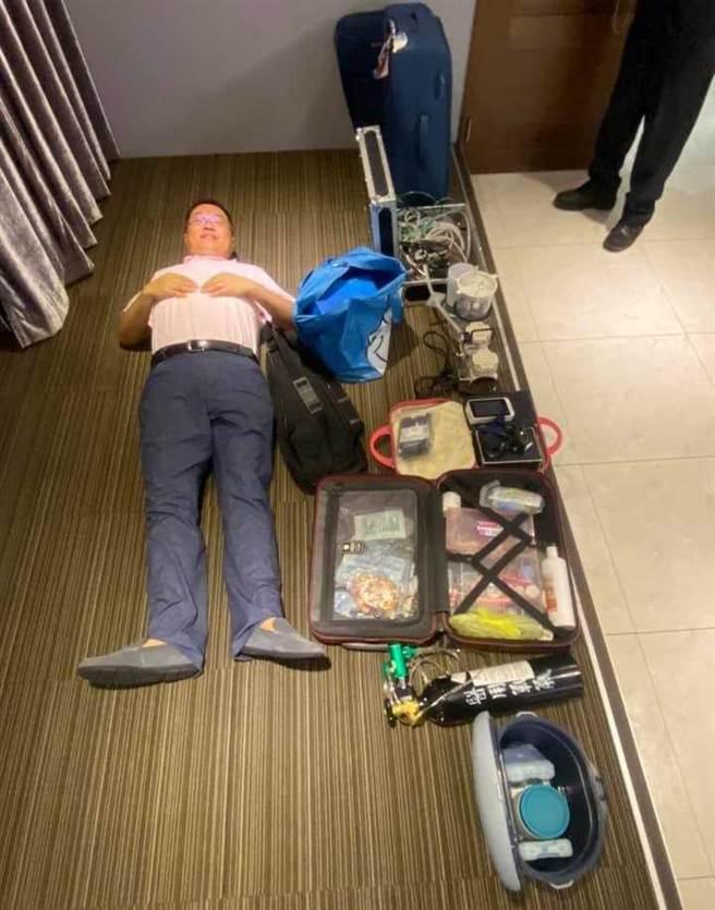 每次外出看診,簡志成都得扛包括「行動診療椅」等器材設備出門,總計逾30公斤。(圖/讀者提供)