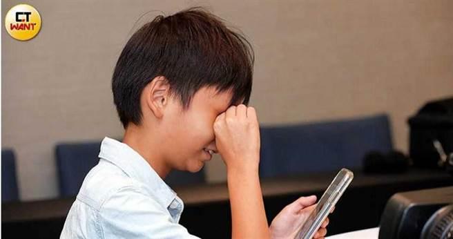 以往乾眼症屬於老化疾病,但隨著現代人用眼習慣改變,10至19歲患者人數大幅增加2倍以上。(圖/王永泰攝)