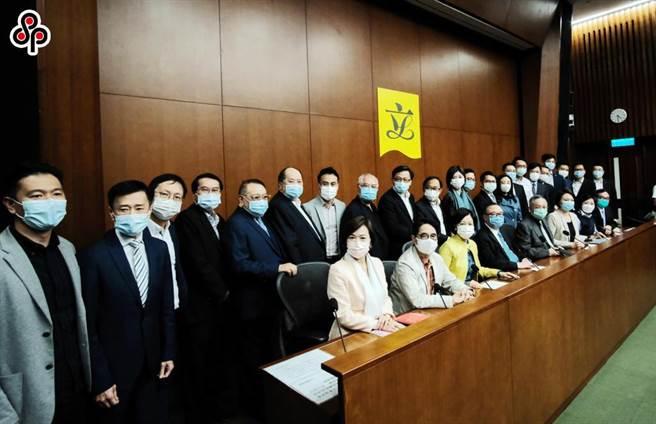 人民日報稱取消港議員資格是依法履責、立規明矩的必要之舉。圖為11日香港一眾建制派立法會議員會見媒體,表示支持人大常委會的決定。(中新社)