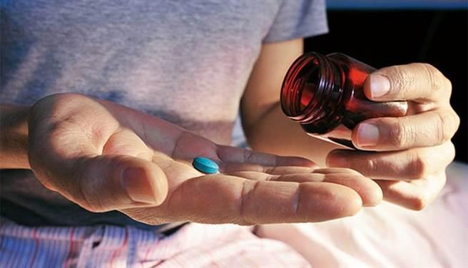 (醫師提醒,網路上買到真的壯陽藥機率非常低,建議仍要就醫治療,也有機會及早發現其他疾病。圖片來源:康健雜誌)