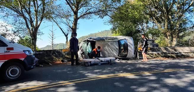 12日上午10時3分,塔洛彎景觀餐廳附近(約台14甲線1K處)有一輛小客車自撞且人員受困(民眾提供/黃立杰南投傳真)