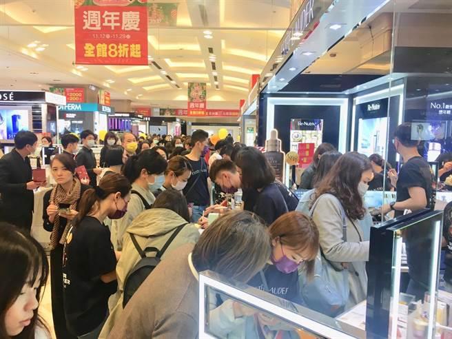 新光三越台北站前店周年慶首日7.3萬人撒4.6億元