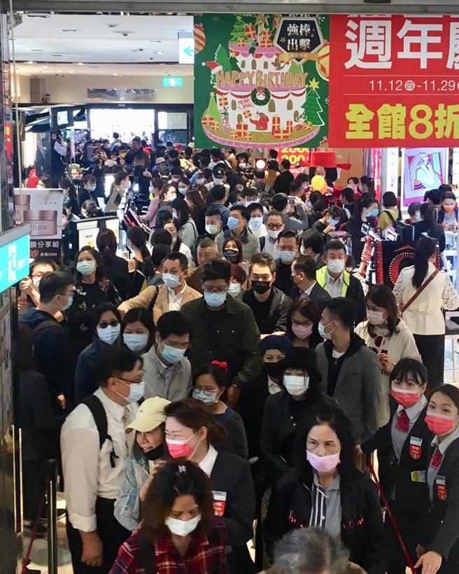 新光三越台北站前店周年慶首日化妝品區擠滿搶購人潮。(郭家崴攝)