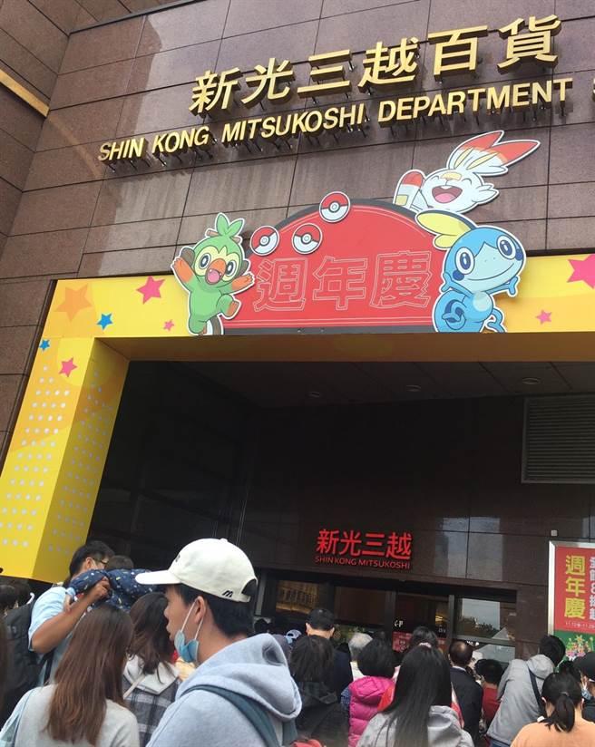 新光三越台北站前店周年慶首日11時開門前有上千人排隊。(郭家崴攝)