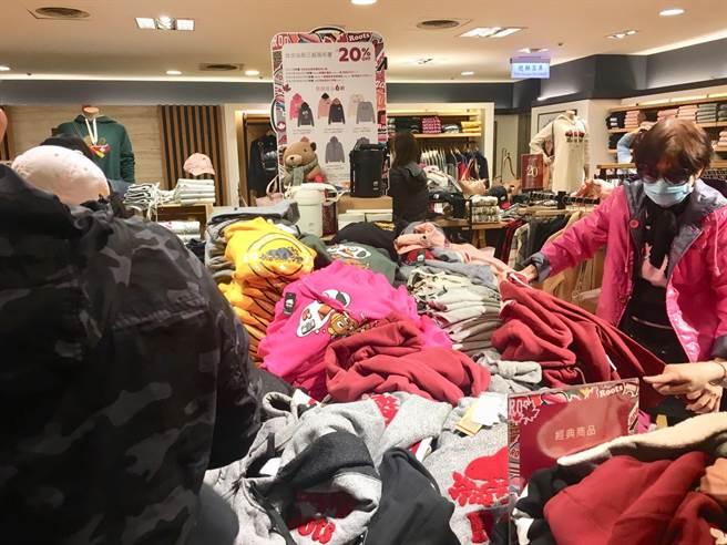 新光三越台北站前店周年慶Roots連帽上衣和外套都是原價2980元、2.7折後特價830元,吸引搶購。(郭家崴攝)