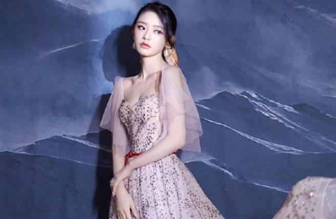 24歲星女郎林允亮鑽紗裙登場 多變絲巾成馬尾小心機(圖/摘自微博@時上時時上)