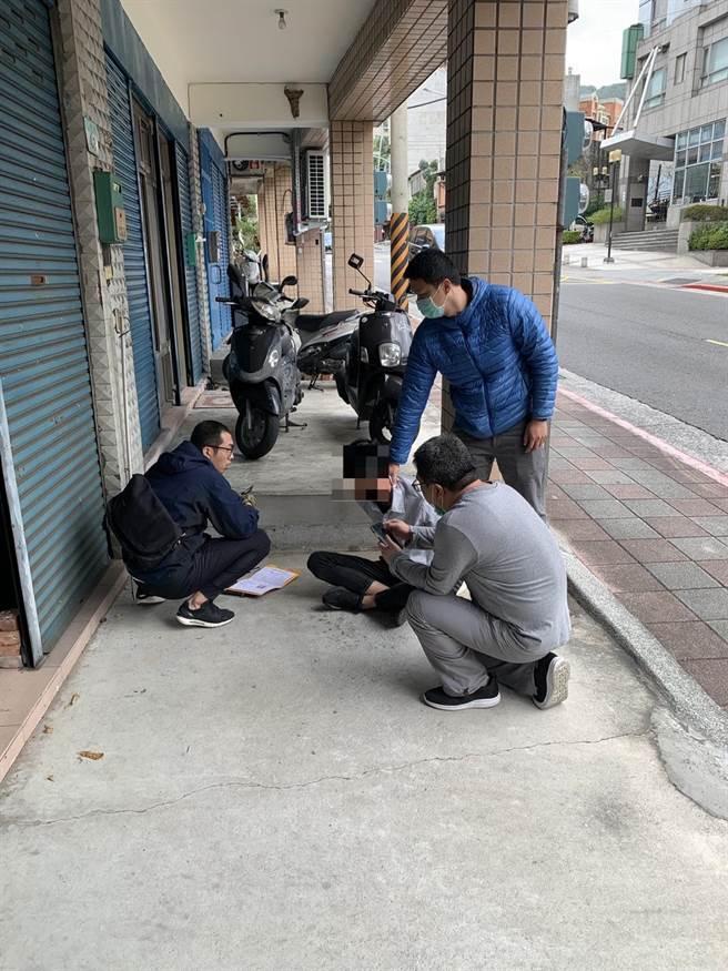 警方與遭詐騙的阿伯配合,在車手領款的時候當場逮捕22歲戴姓車手。(圖:警方提供)
