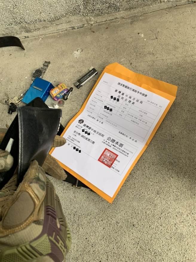 警方從22歲戴姓車手上起出偽造的法院公文。(圖:警方提供)