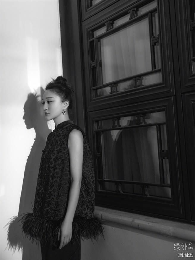 周迅無袖古裝裙顯女王風範 立領羽毛流蘇是時髦關鍵(圖/摘自微博@i周迅 )