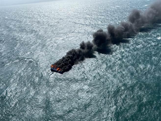 苗栗外海發生火燒船意外,空勤直升機飛抵船難海域,船隻已陷入火海,且黑煙直竄天際。(空勤總隊提供/王文吉台中傳真)