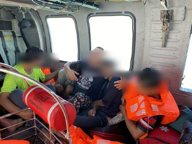 空勤總隊、海巡署及台中市消防局發動陸海空救援,順利救援落海5人並送醫救治。(空勤總隊提供/王文吉台中傳真)